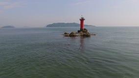 Beau bord de la mer avec le phare clips vidéos