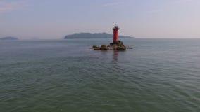 Beau bord de la mer avec le phare banque de vidéos