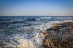 Beau bord de la mer rocheux abandonné de paysage, vagues bleues photos stock