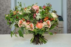 Beau bouquet avec des roses Photographie stock libre de droits