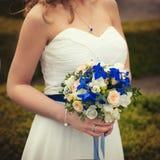 Beau bouquet coloré de mariage dans une main d'une jeune mariée Photo stock
