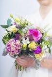 Beau bouquet coloré de mariage dans une main d'une jeune mariée Photographie stock