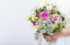 Beau bouquet coloré de mariage dans une main d'une jeune mariée Images stock