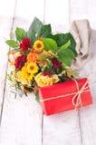 Beau bouquet coloré de ressort ou d'été des fleurs avec le rouge Images libres de droits