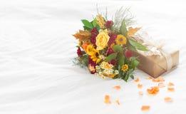Beau bouquet coloré de ressort ou d'été des fleurs sur des WI de lit Image stock