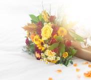 Beau bouquet coloré de ressort ou d'été des fleurs sur des WI de lit Image libre de droits