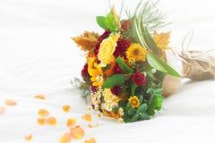 Beau bouquet coloré de ressort ou d'été des fleurs sur le lit, h Photographie stock