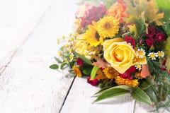 Beau bouquet coloré de ressort ou d'été des fleurs sur un bois Photo libre de droits