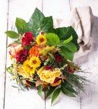 Beau bouquet coloré de ressort ou d'été des fleurs sur un bois Image stock