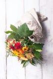Beau bouquet coloré de ressort ou d'été des fleurs sur un bois Image libre de droits