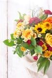 Beau bouquet coloré de ressort ou d'été des fleurs, vacances Images libres de droits