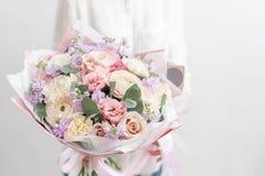 Beau bouquet coupé frais des fleurs mélangées chez la main de la femme le travail du fleuriste à un fleuriste Pastel sensible image libre de droits