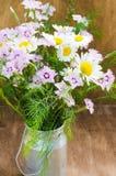 Beau bouquet d'été des wildflowers lumineux Photographie stock