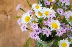 Beau bouquet d'été des wildflowers lumineux Photo stock