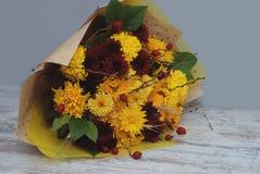 Beau bouquet d'automne avec des fleurs de chrysanthèmes, dessus sur la table rustique grise avec l'espace des textes Image stock