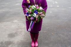 Beau bouquet dans des mains femelles photo stock