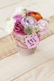 Beau bouquet dans le pot de fleurs et une carte avec le texte Image libre de droits
