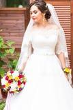 Beau bouquet dans les mains de la jeune mariée Image stock