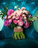 Beau bouquet dans une chaise image stock