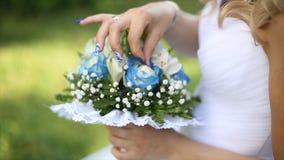 Beau bouquet de différentes couleurs dans les mains de la jeune mariée dans une robe blanche Mariée dans la robe blanche avec le  Images libres de droits