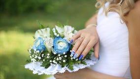 Beau bouquet de différentes couleurs dans les mains de la jeune mariée dans une robe blanche Mariée dans la robe blanche avec le  Photographie stock