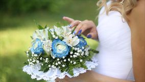 Beau bouquet de différentes couleurs dans les mains de la jeune mariée dans une robe blanche Mariée dans la robe blanche avec le  Images stock