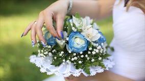 Beau bouquet de différentes couleurs dans les mains de la jeune mariée dans une robe blanche Mariée dans la robe blanche avec le  Photos stock