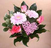 Beau bouquet de fleur avec le coeur et les roses Photos stock