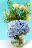 Beau bouquet de fleur bleu-clair avec le backg de piscine de ciel bleu Images stock