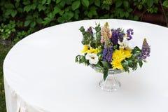 Beau bouquet de fleur dehors Épouser la décoration floristique à la table blanche Images libres de droits