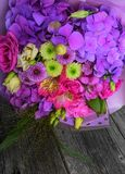 Beau bouquet de fleur sur la table en bois Image libre de droits