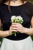 Beau bouquet de jasmin dans des mains de fille, main des jeunes tenant a Image stock