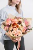 Beau bouquet de luxe des fleurs mélangées chez la main de la femme le travail du fleuriste à un fleuriste Une petite famille photos libres de droits