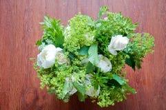Beau bouquet de mariage avec les fleurs blanches et les roses Images stock