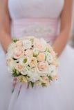 Beau bouquet de mariage avec les roses roses photo libre de droits