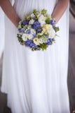 Beau bouquet de mariage dans des mains de la jeune mariée Images stock