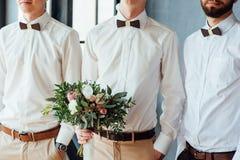 Beau bouquet de mariage dans des mains du marié Image stock