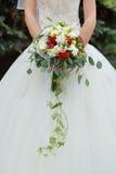 Beau bouquet de mariage dans la main de la jeune mariée images stock