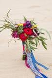 Beau bouquet de mariage dans le sable de désert Photographie stock libre de droits