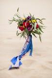 Beau bouquet de mariage dans le sable de désert Photo libre de droits