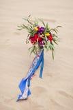 Beau bouquet de mariage dans le sable de désert Photos libres de droits