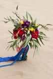 Beau bouquet de mariage dans le sable de désert Image stock