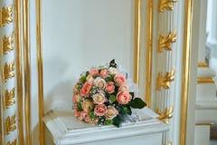 Beau bouquet de mariage dans le style rustique avec des roses Image stock