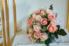 Beau bouquet de mariage dans le style rustique avec des roses photographie stock libre de droits