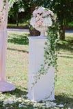 Beau bouquet de mariage dans le vase en pierre, dehors Image stock