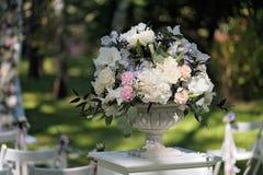 Beau bouquet de mariage dans le vase en pierre, dehors Photos stock