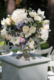 Beau bouquet de mariage dans le vase en pierre, dehors Image libre de droits