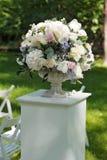 Beau bouquet de mariage dans le vase en pierre, dehors Photos libres de droits