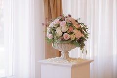 Beau bouquet de mariage dans le vase en pierre, plan rapproché Photo stock