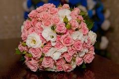 Beau bouquet de mariage des roses roses images libres de droits